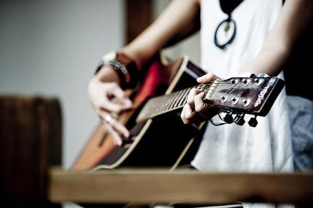 Фото Девушка играет на гитаре (© Black Tide), добавлено: 03.01.2013 02:34