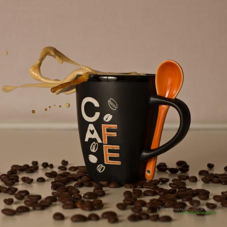 Фото Чашка с ложкой , надписью на ней 'кофе (CAFE)' и зёрнами кофе вокруг, фотограф Norman Herms (© ), добавлено: 03.01.2013 05:04