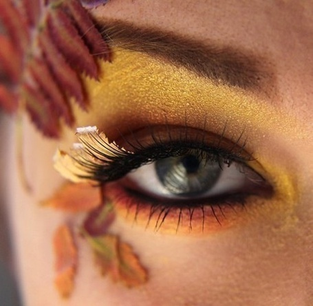 Фото Девушка с золотистым макияжем