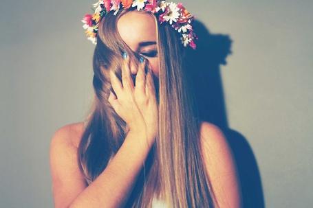 Фото Девушка в венке из цветов прикрыла лицо волосами (© Black Tide), добавлено: 04.01.2013 00:17