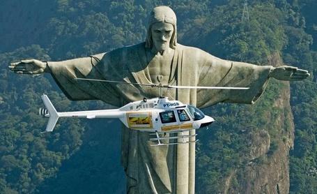 Фото Вертолет, пролетающий рядом со Статуя Христа Искупителя в Рио-де-Жанейро / Statue of Jesus Christ in Rio de Janeiro. Фото Martina Дончева