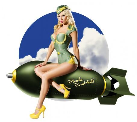 Фото Блондинка в камуфляжном купальнике и пилотке сидит на бомбе с надписью 'Blonde Bombshell / Блондинка Бомба' на фоне круга с голубым небом и белыми облаками
