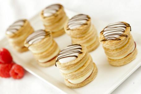 Фото Печенье на блюде, рядом малина (© Black Tide), добавлено: 05.01.2013 04:18