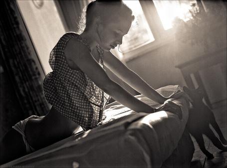 Фото Девушка дома на кровати, рядом ее черный кот, фотограф Tatiana Mikhina / Татьяна Микхина