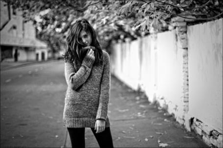 Фото Девушка в теплом свитере стоит на дороге, фотограф Tatiana Mikhina / Татьяна Микхина