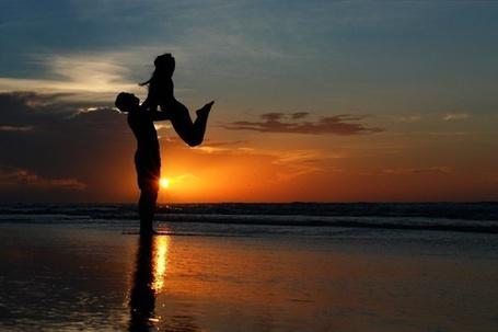Фото Мужчина поднял девушку в верх (© Black Tide), добавлено: 06.01.2013 19:22
