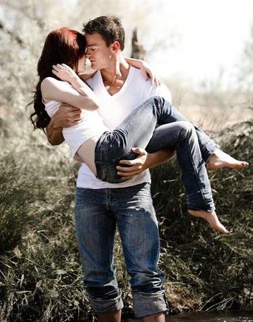 Фото Мужчина держит на руках девушку, и они нежно тянутся друг к другу лицами (© ), добавлено: 07.01.2013 03:02