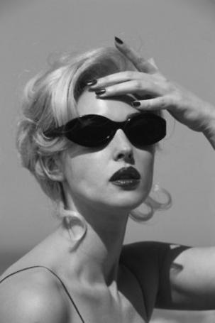 Фото Блондинка в солнцезащитных очках