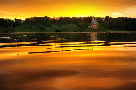 Фото Багряный закат над рекой, берегом, поросшим густым лесом, небольшой сельской церковью, работа русского фотографа Дмитрия Савина (© Felikc), добавлено: 08.01.2013 01:55