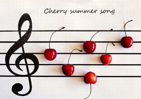 Фото На нотном стане вишенками - нотами выложена летняя песенка и надпись сherry summer song (© ), добавлено: 08.01.2013 10:20
