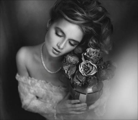 Фото  Грустная девушка с цветами фотограф Сатина Путятин / Satin Popalam Putyatin