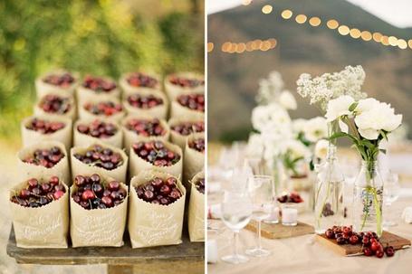 Фото Серии: вишни в пакетах, а на следующем кадре вишни уже на столе, декорированном букетами белых цветов