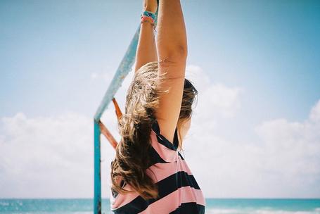 Фото Девушка на турнике на фоне моря
