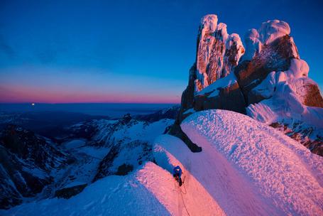 Фото Альпинист покоряет вершину Серро-Торре, освещенную предзакатными лучами солнца, земля Патагония, Аргентина / Cerro Torre, Patagonia, Argentina