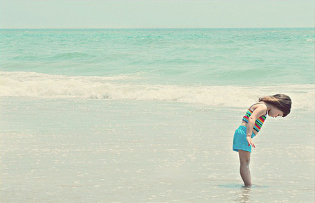 Фото Девочка стоит в море смотря в низ (© Black Tide), добавлено: 09.01.2013 18:25