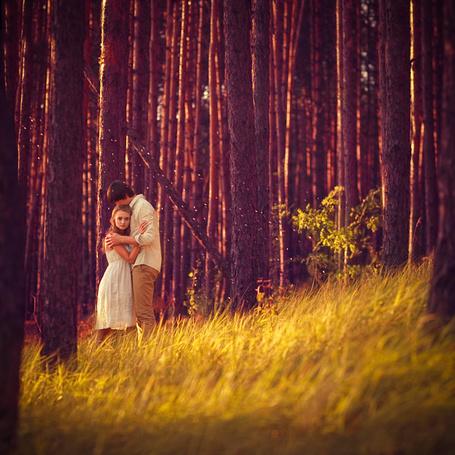 Фото Девушка с мужчиной стоят среди леса (Фотограф  Саня Хоменко / Photographer Sanya Khomenko) (© Black Tide), добавлено: 09.01.2013 20:41
