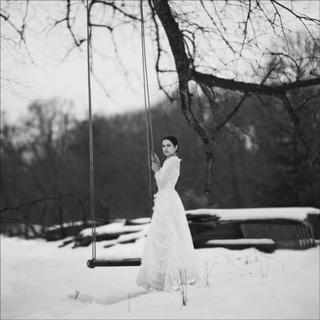 Фото Девушка в белом платье стоит у качели (© Black Tide), добавлено: 09.01.2013 21:04