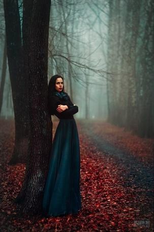 Фото Девушка в длинном платье стоит у дерева, смотря куда-то, фотограф Светлана Беляева/photographer Svetlana Belyaeva