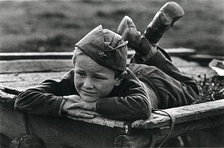Фото Маленький мальчик в военной форме лежит, смотря куда-то, (старое фото,годов СССР), фотограф Павел Кривцов/photographer Paul Krivtsov