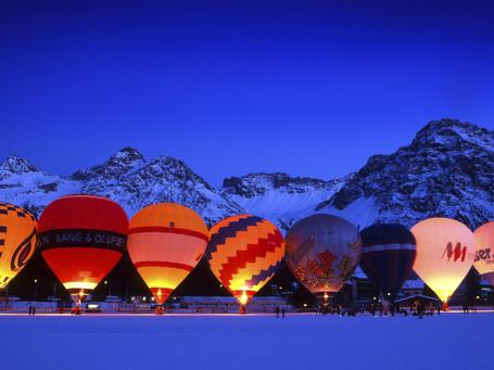 Фото Разноцветные воздушные шары готовятся к старту в ночное небо