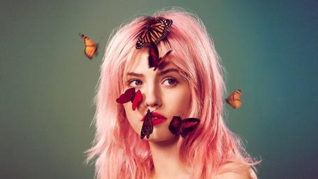 Фото Девушка с розовыми волосами у которой на лице сидят бабочки, фотограф Райан МакГинли / photographer Ryan McGinley (© Black Tide), добавлено: 10.01.2013 20:23