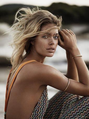 Фото Модель Даутцен Крез / Doutzen Kroes в фотосессии Джоша Олинса / Josh Olins для журнала Vogue сидит на берегу моря