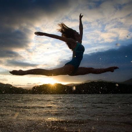 Фото Девушка изображает шпагат над водой