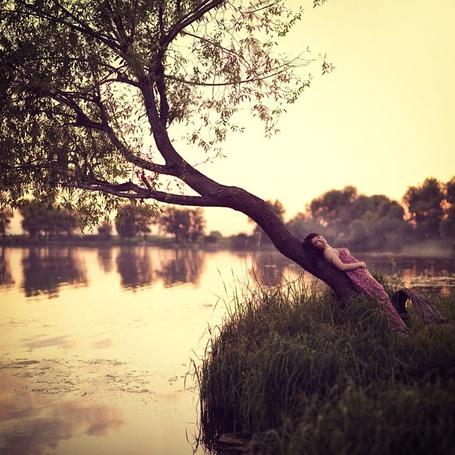 Фото Девушка у дерева (автор агентство 'Семейный бизнес' / by аgency 'Family Business') (© Black Tide), добавлено: 12.01.2013 21:24