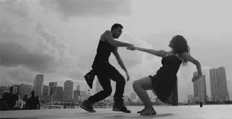 Фото Райан Гузман / Ryan Guzman в роли Шона и Кэтрин МакКормик / Kathryn McCormick в роли Эмили танцуют на фоне города (кадр из фильма `Шаг вперед 4 / Step Up Revolution `