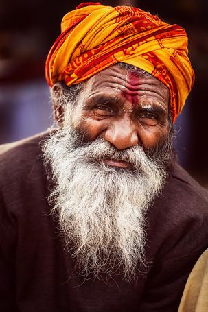Фото Портрет пожилого индийца в оранжевой чалме с седой бородой и красной полосой на лбу, фотограф MAHESH (© Felikc), добавлено: 14.01.2013 13:16
