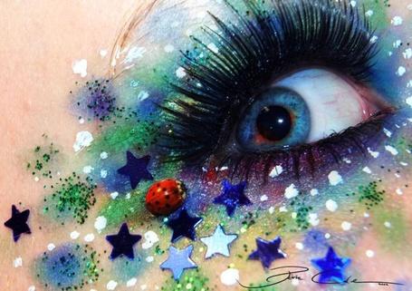 Фото Удивительный макияж с блестками, звездами и божьей коровкой вокруг глаза