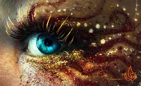 Фото Голубой глаз девушки, веко которого украшено бордовыми линиями и золотыми блестками, Firebender