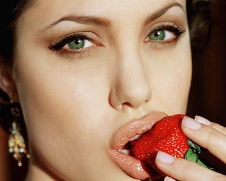 Фото Анджелина Джоли /Angelina Jolie ест клубнику и задумчиво смотрит своими зелеными глазами
