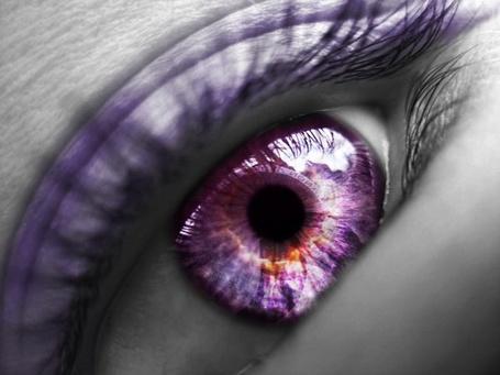 Фото Глаз девушки с фиолетовым зрачком