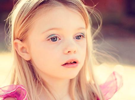Фото Маленькая девочка с голубыми глазами