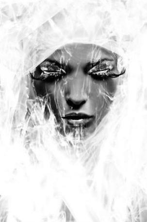 Фото Лицо темнокожей девушки с закрытыми глазами с длинными ресницами