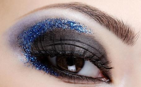 Фото Черные тени на веке, украшенные синими блесками (© Radieschen), добавлено: 14.01.2013 20:05