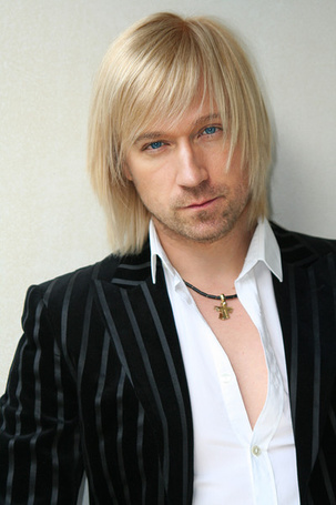 Фото Пристальный взгляд блондина, певец Олег Винник