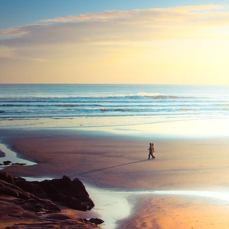 Фото Девушка с мужчиной идут по пляжу, фотограф Эндрю Смит / Andrew Smith (© Black Tide), добавлено: 16.01.2013 23:16