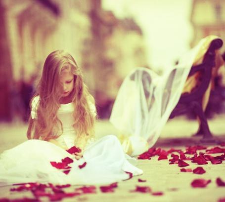 Фото Девочка в белом платье сидит на полу в красных лепестках роз (© ), добавлено: 17.01.2013 03:37