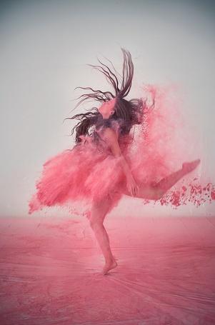 Фото Девушка стоит подняв одну ногу вверх, на неё сыпется розовая краска, она напоминает цаплю, фотограф Лука Джустоцци / Luca Giustozzi (© ), добавлено: 17.01.2013 04:00