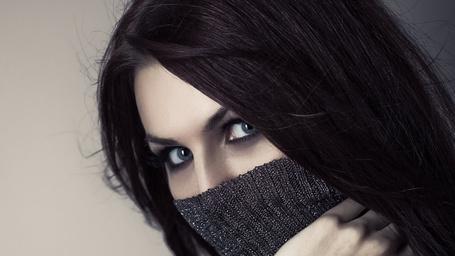 Фото Сероглазая брюнетка прикрыла пол лица свитером (© Radieschen), добавлено: 18.01.2013 09:06