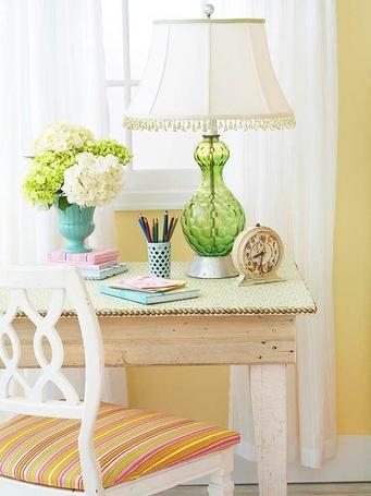 Фото На деревянном столе стоит лампа с торшером, ваза с цветами, часы и канцелярские принадлежности (© Princessa), добавлено: 18.01.2013 07:40