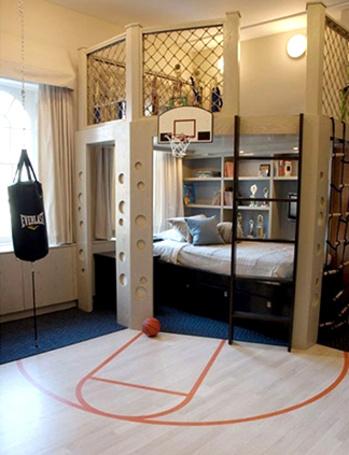 Фото Детская комната мальчика с мини-баскетбольной площадкой, боксерской грушей, игровой зоной наверху конструкции над кроватью (© Princessa), добавлено: 18.01.2013 09:38