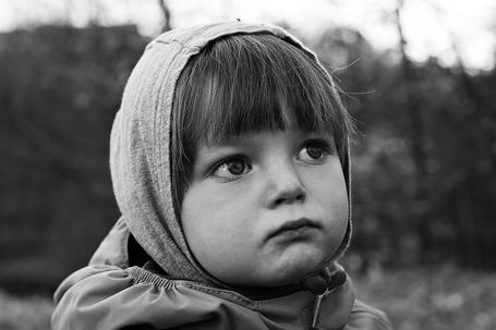 Фото Девочка в капюшончике, взгляд вдаль