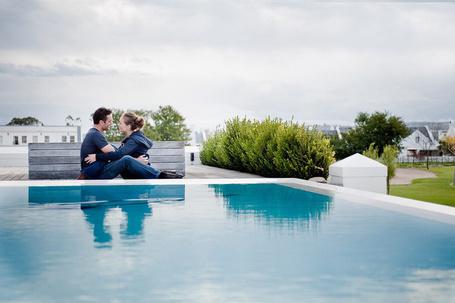 Фото Счастливые влюбленные обнимаются у бассейна
