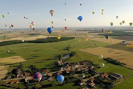Фото Огромное количество воздушных шаров в небе над деревней и полями (© Princessa), добавлено: 18.01.2013 16:20