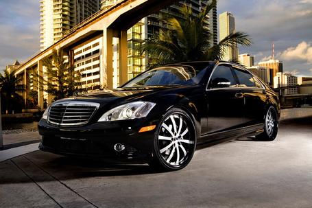 Фото Черный автомобиль Mercedes Benz S550 / Мерседес Бенц С550 припаркован под пальмой возле многоэтажнго дома (© Princessa), добавлено: 18.01.2013 16:50