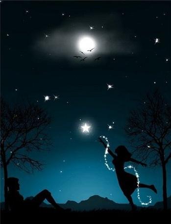 Фото Девушка пытается достать ночью до звезды, мужчина пристально смотрит на неё