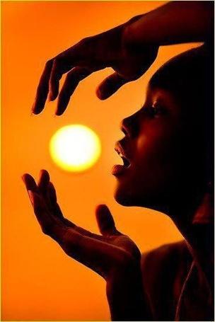 Фото Чернокожий мальчик берет солнце в  руки (© ), добавлено: 21.01.2013 17:32